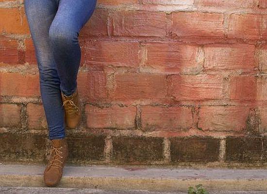 Beine an der Hauswand